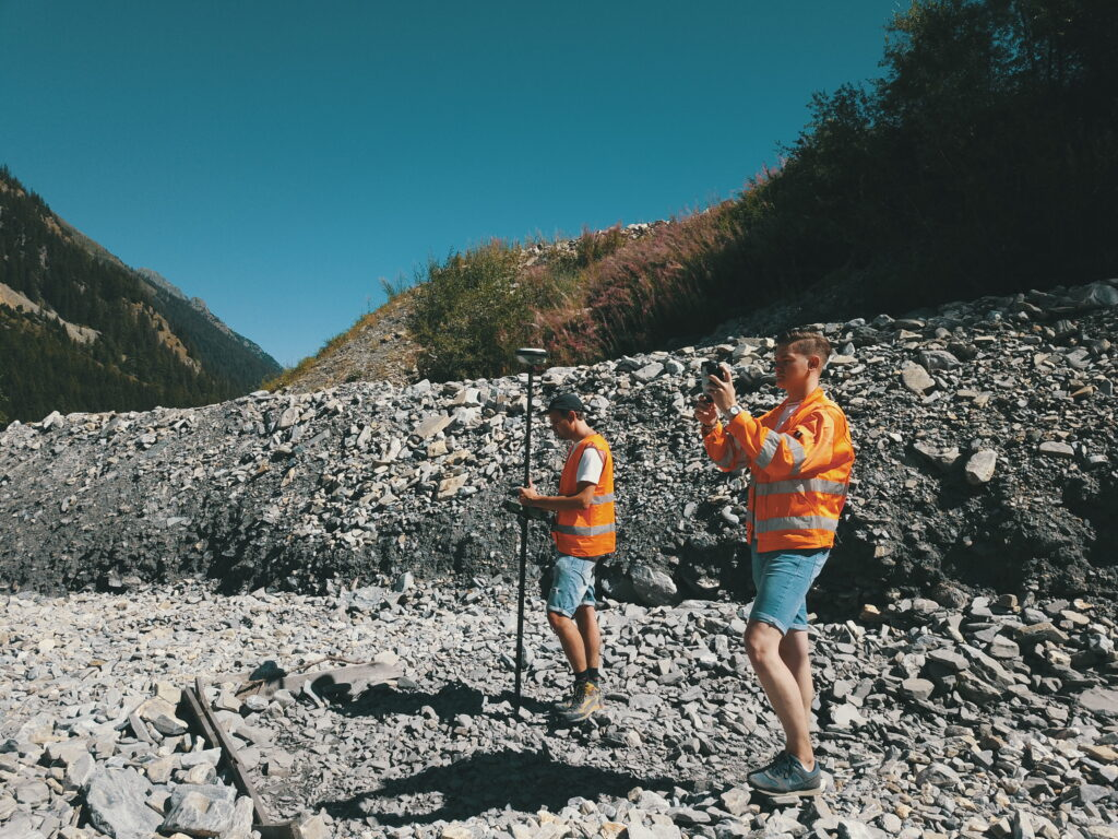 Leonard Evequoz (left) and Rodrigo Martins (right) scanning the river valley.
